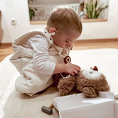 Have you seen a cuter doctor examining their patient? 🥼    📸: @noemivarsadi   #trycobaby #pretendplay #pretendplaytoys #doctorset #Giftideas #pretendplaytoys #woodendoctorset #imaginativeplay